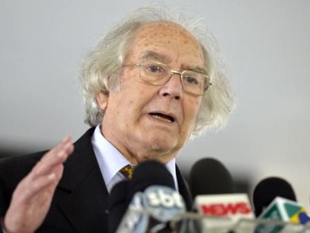 """Nobel da Paz chama impeachment de """"golpe"""" e oposição protesta no Senado"""