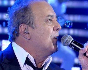 Cantor José Augusto declara voto durante show em Salvador; Confira o vídeo
