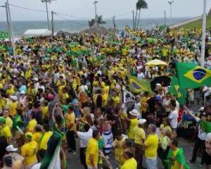 Manifestantes protestam na Barra a favor de Bolsonaro