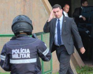 Herdeiro político do pai,  Flávio Bolsonaro vê a sombra da renúncia