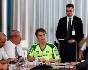 """Bolsonaro mantém estratégia de estilo """"despachado"""" ao divulgar foto com camisa do Palmeiras falsificada"""