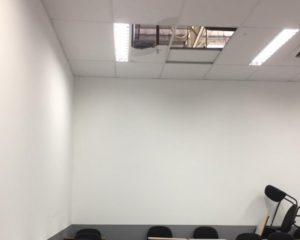 Parte do teto de sala de aula da Unime, no Shopping Paralela, desaba