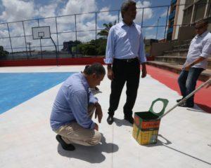 Rui suspende serviços em escola de Camaçari por uso de produto inadequado e dá bronca por sujeira em sala