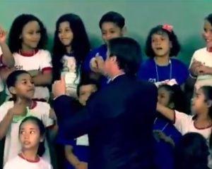 Vídeo: Criança se recusa a cumprimentar Bolsonaro e imagem viraliza
