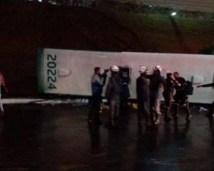 Vídeo: Ônibus cai de viaduto no shopping Bela Vista e deixa feridos
