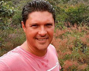 Bandidos põem fogo em carro com repórter da TV Bahia na mala
