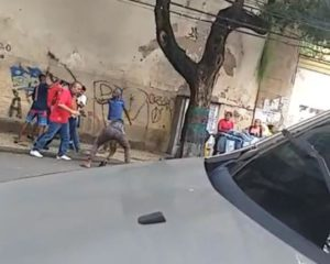 Vídeo: Torcedores do Chile são atacados por assaltantes na Avenida Sete