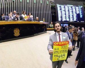 Túlio Gadêlha denuncia compra de votos a favor da Previdência