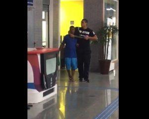 Vídeos: homem com facão faz refém na estação Acesso Norte do metrô