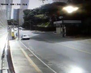 Vídeos: Homens são assaltados ao saírem de prédio no Horto Florestal